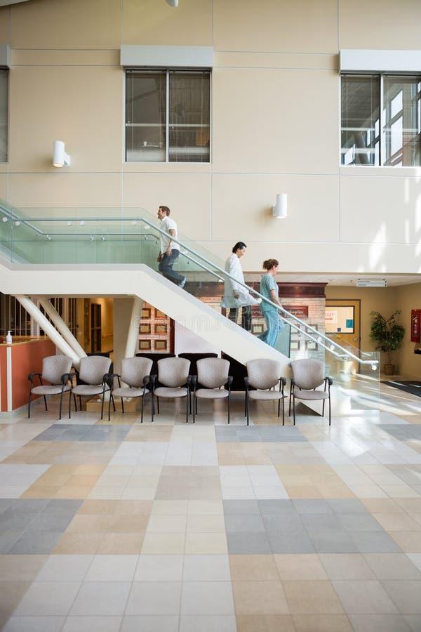 走在台阶的医疗队和患者 免版税图库摄影