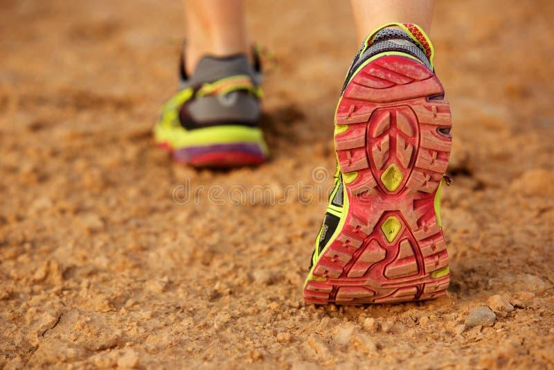 走在土路的女性鞋子 库存图片