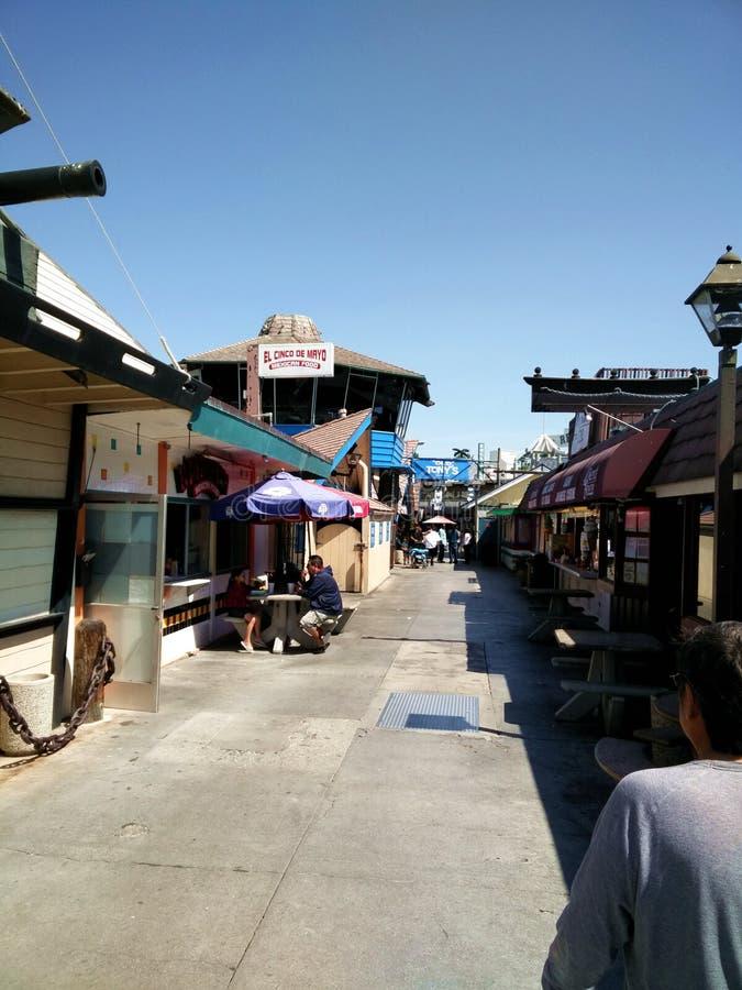 走在圣塔蒙尼卡海滩 免版税库存照片