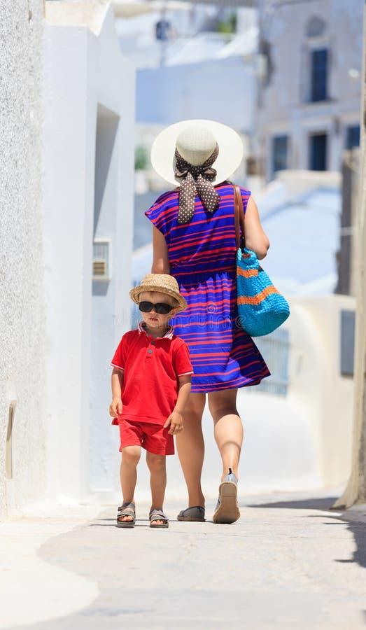 走在圣托里尼,希腊的母亲和儿子 免版税库存图片