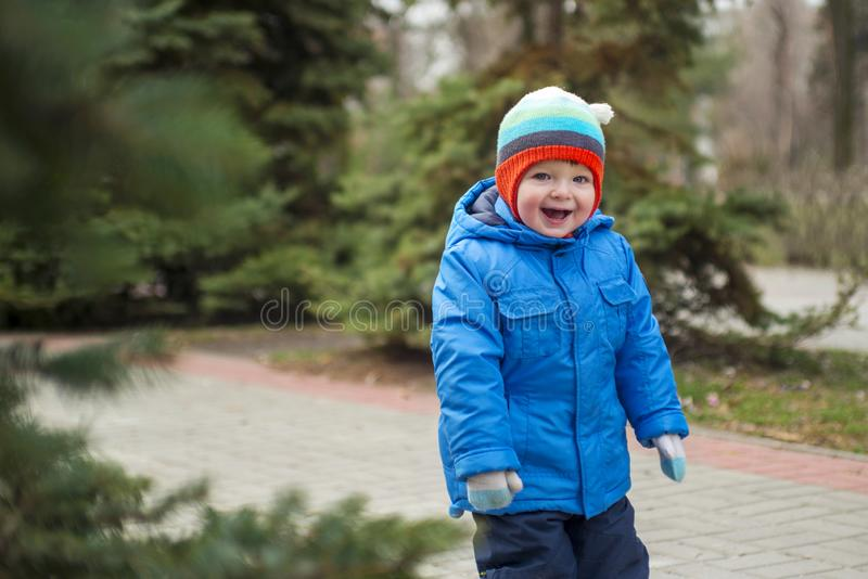 走在圣诞树附近的孩子 库存照片