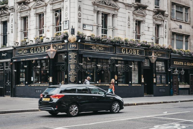 走在地球客栈,伦敦,英国前面的人们 库存照片