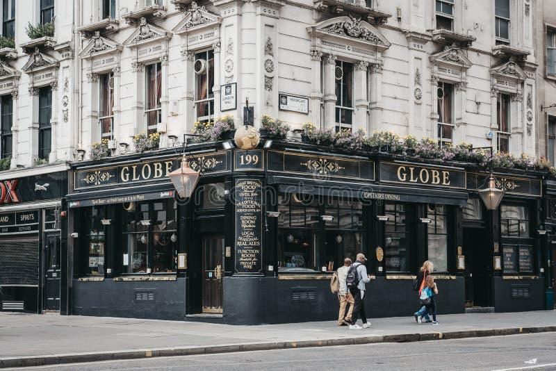 走在地球客栈,伦敦,英国前面的人们 免版税库存图片