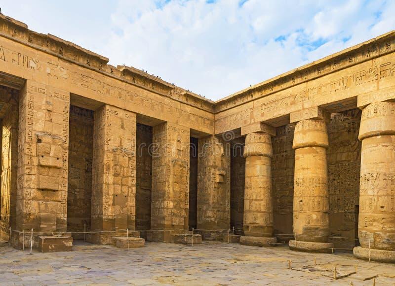 走在埃及寺庙 免版税库存照片