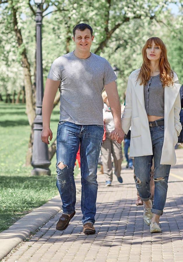 走在城市公园的年轻夫妇 免版税库存图片