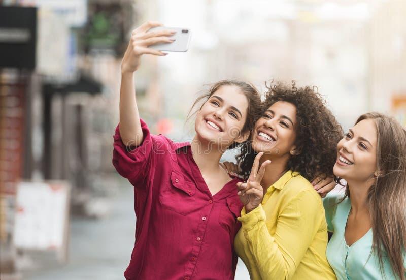 走在城市的不同的愉快的妇女 免版税图库摄影
