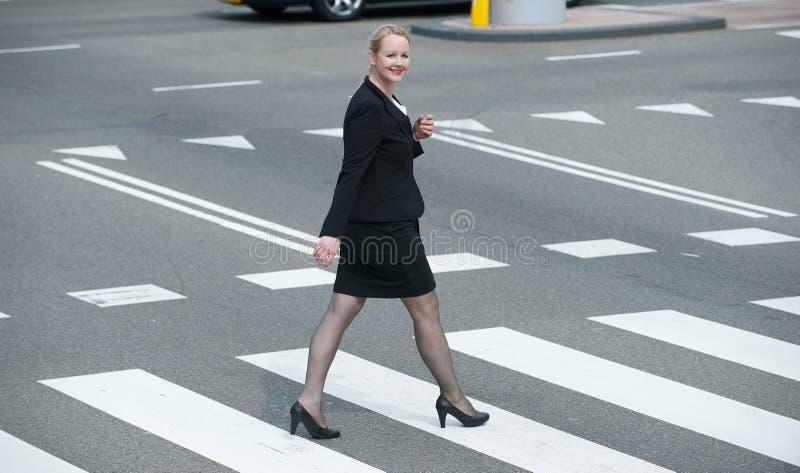 走在城市的女实业家的画象 免版税库存图片