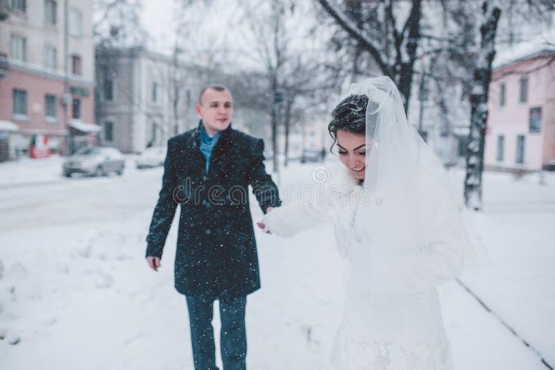 走在城市的新娘和新郎 免版税库存照片