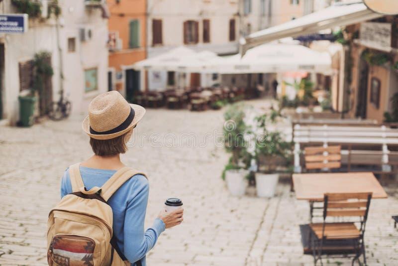 走在城市的旅游女孩在假期时 旅行海外在夏天的快乐的妇女 旅行和活跃生活方式概念 免版税库存照片