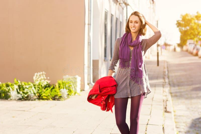 走在城市的美丽的时尚女孩 免版税图库摄影