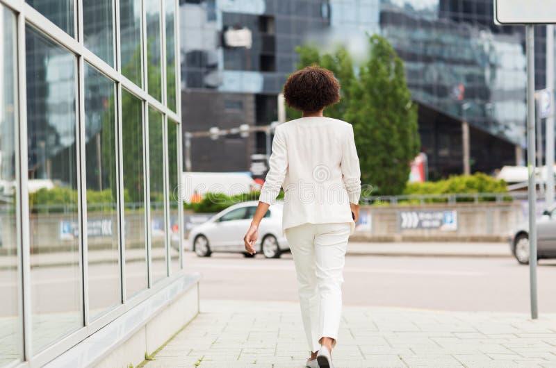 走在城市的非裔美国人的女实业家 免版税库存照片