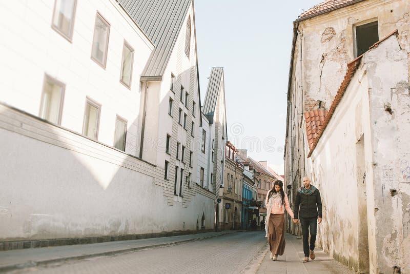 走在城市的年轻夫妇在一天 库存照片