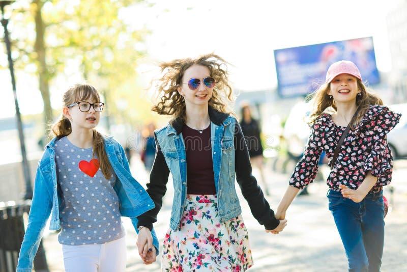 走在城市街道上的三少女 库存图片