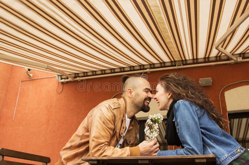 走在城市街道上的美好的年轻夫妇 免版税库存照片