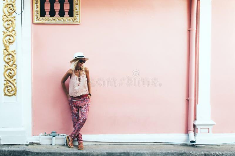 走在城市街道上的Boho女孩 库存照片