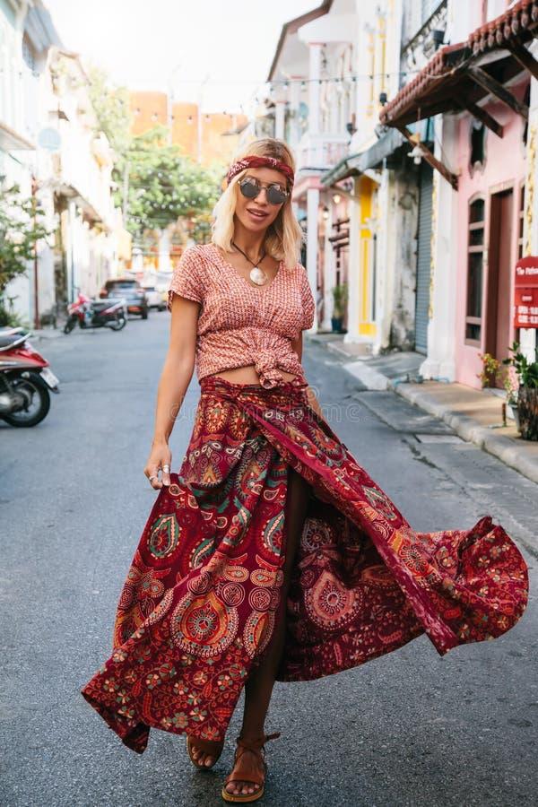 走在城市街道上的Boho女孩 免版税图库摄影