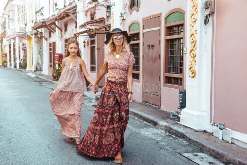 走在城市街道上的Boho女孩 免版税库存照片