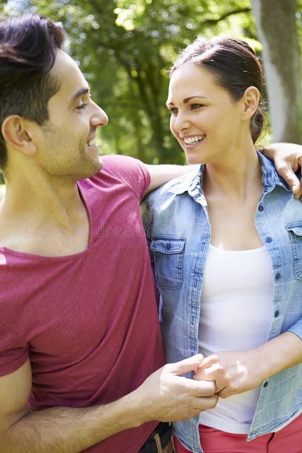走在夏天乡下的年轻夫妇 图库摄影