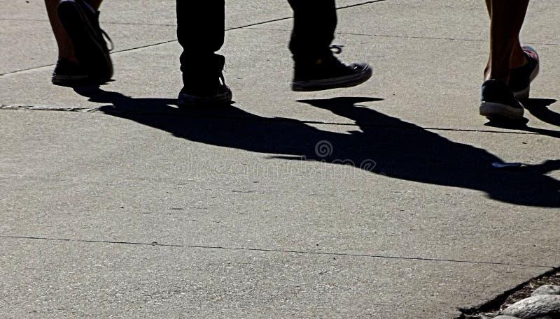 走在夏日的腿和阴影 免版税库存图片
