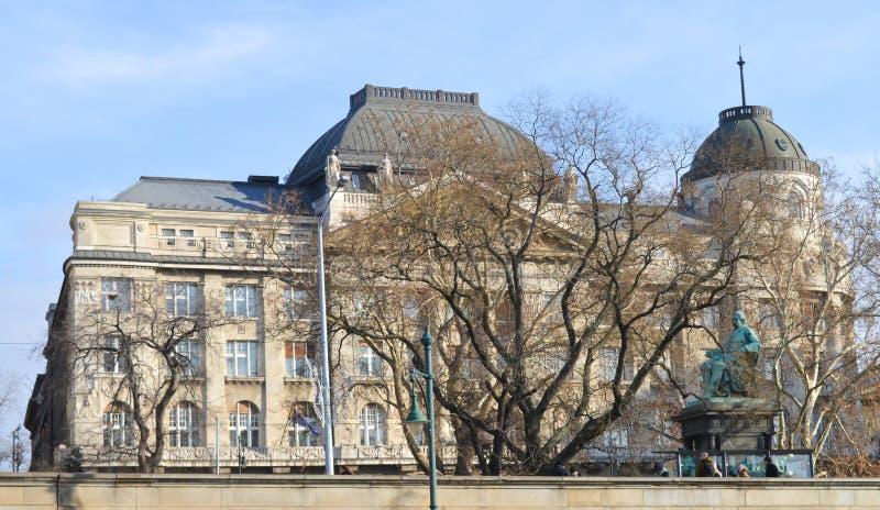 走在多瑙河堤防在2017年12月29日的布达佩斯 免版税库存照片