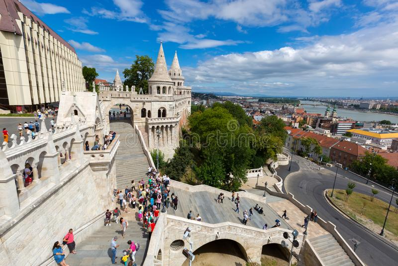 走在多瑙河的Buda银行的渔人堡的人们,城堡小山的,布达佩斯,匈牙利 图库摄影