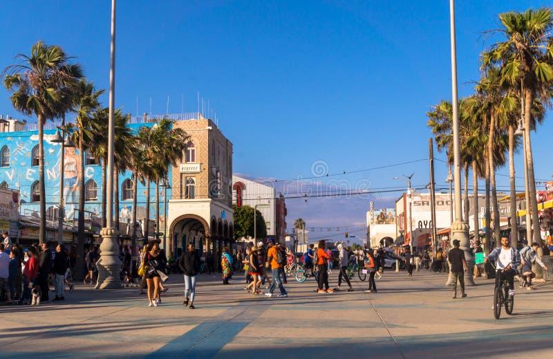 走在威尼斯海滩的游人 游人和休闲娱乐中心在洛杉矶,加利福尼亚 免版税库存图片