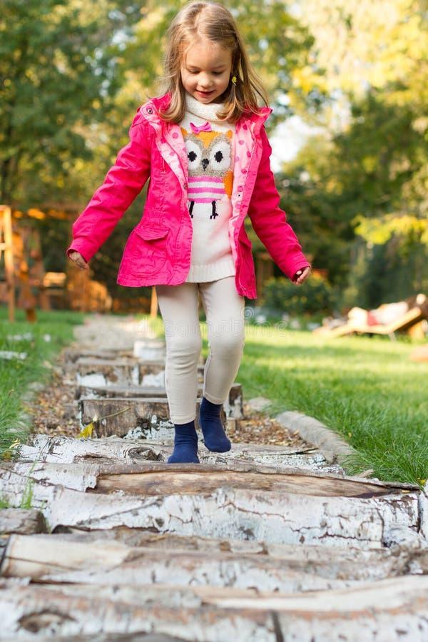 走在小卵石的四岁的女孩 免版税图库摄影
