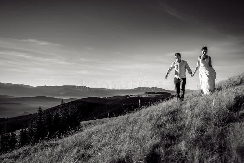 走在山的浪漫婚礼夫妇 北京,中国黑白照片 库存图片