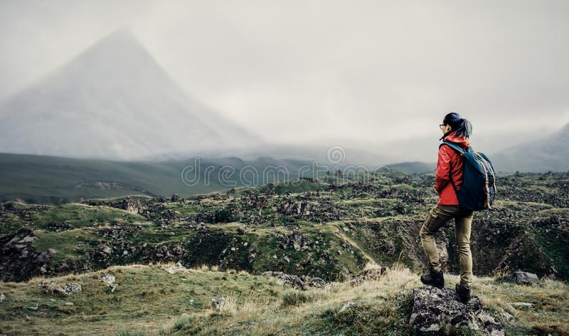 走在山谷的背包徒步旅行者妇女 免版税图库摄影