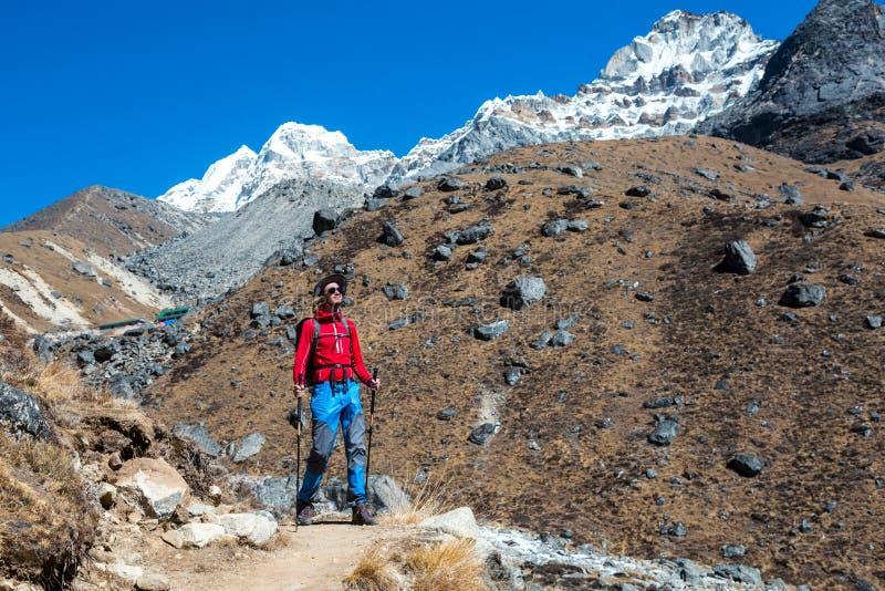 走在山风景的小径的年轻男性远足者 免版税图库摄影