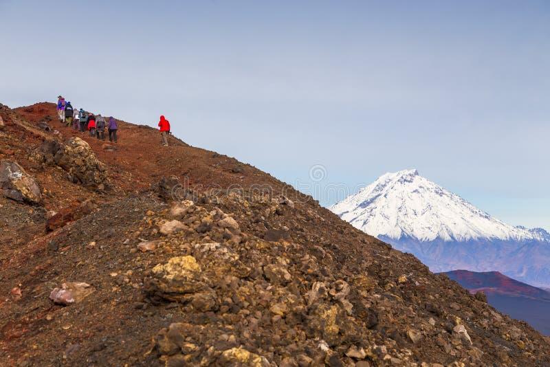 走在山,堪察加,俄罗斯的小组徒步旅行者 库存图片