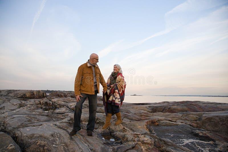 Download 走在岩石的成熟夫妇 库存图片. 图片 包括有 休闲, 金黄, 海岸, 摄影, 人们, 目录, 被平衡的, 水平 - 62534389
