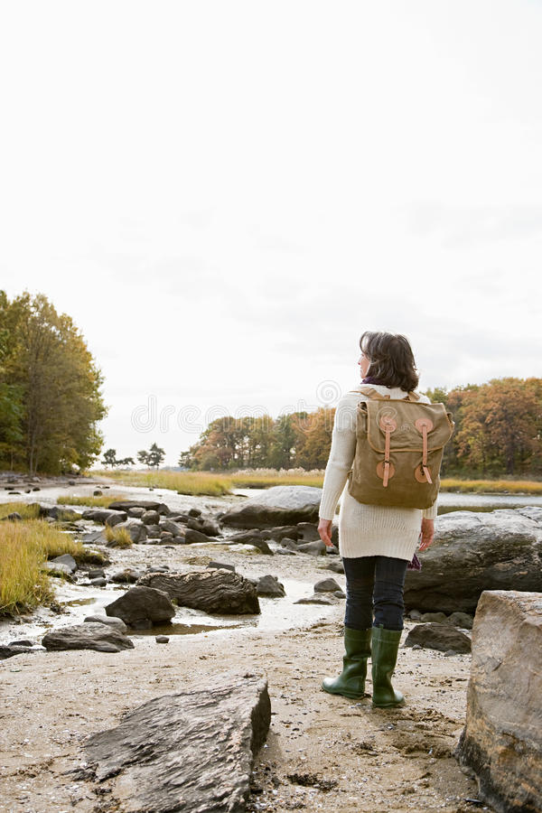 走在岩石的成熟远足者 免版税库存照片