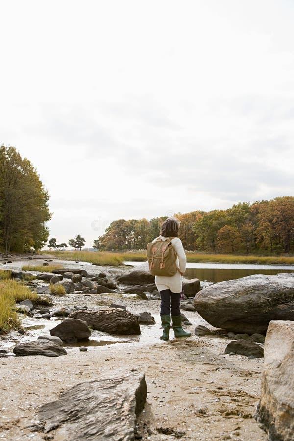 Download 走在岩石的成熟远足者 库存图片. 图片 包括有 享受, 远足者, 远期, 后方, 诱饵, 节假日, 生活方式 - 62534679