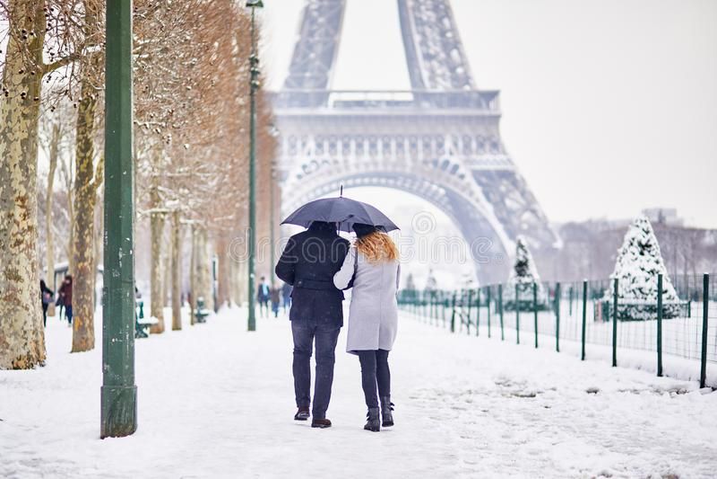 走在巴黎的结合游人在与暴雪的一天 免版税库存图片