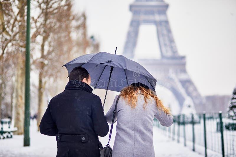 走在巴黎的结合游人在与暴雪的一天 库存照片