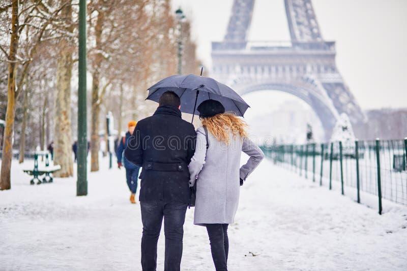 走在巴黎的结合游人在与暴雪的一天 免版税图库摄影