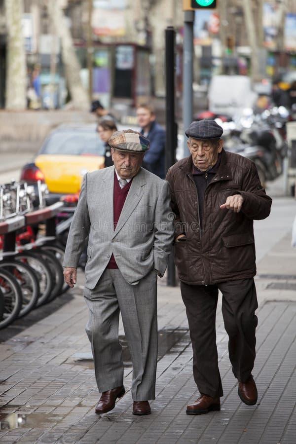 走在市中心的年长先生们 巴塞罗那西班牙 免版税库存图片