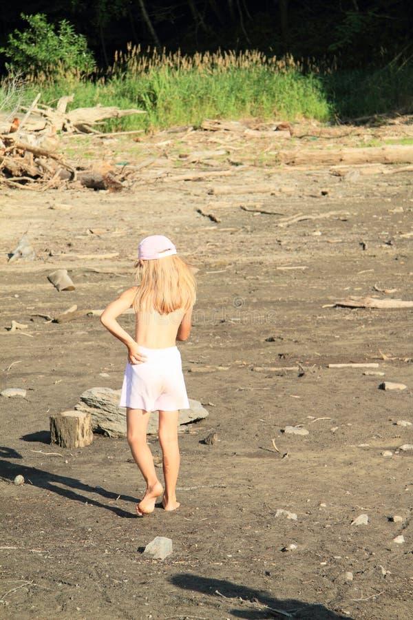 走在干燥地面的女孩 图库摄影