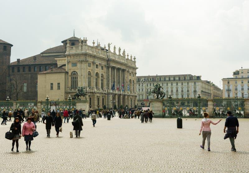 走在广场Castello的人们在都灵 免版税库存照片