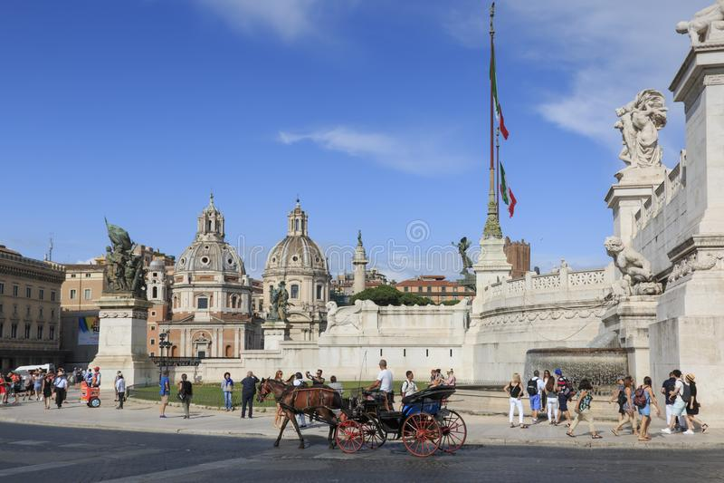 走在广场Venezia的游人在阿尔塔雷dela Patria旁边 图库摄影