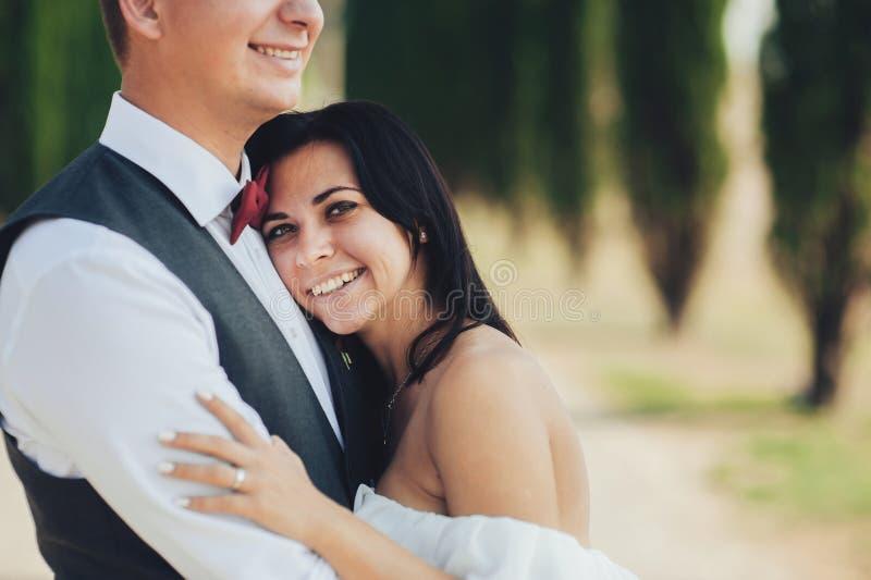 走在托斯卡纳,他们的意大利的愉快的时髦的微笑的夫妇 库存照片