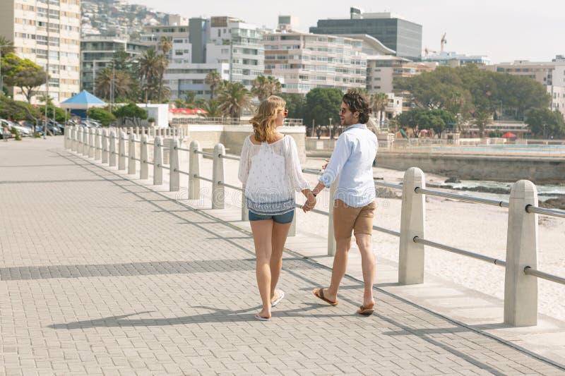 走在散步的白种人夫妇在海边 免版税库存照片