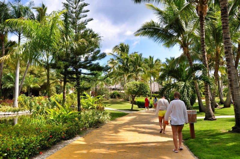 走在旅馆卡塔龙尼亚皇家Bavaro疆土的人们在多米尼加共和国 免版税库存照片