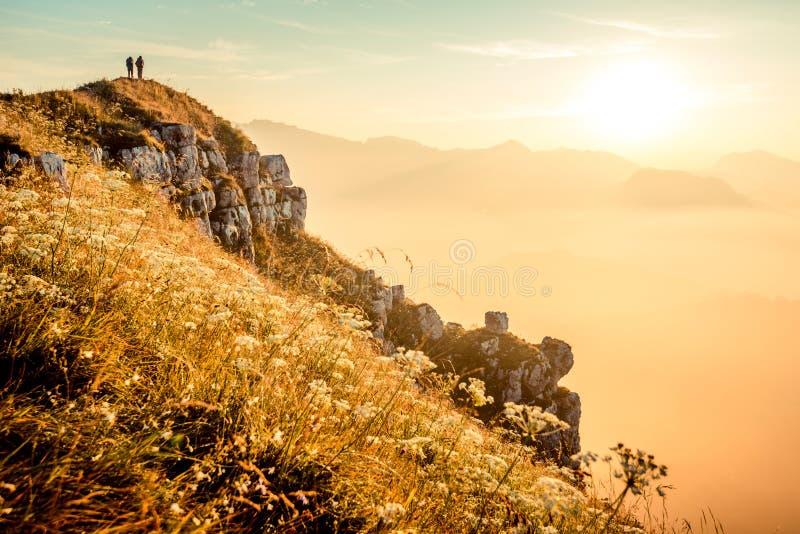 走在日出的徒步旅行者在它上面意大利阿尔卑斯山 库存照片