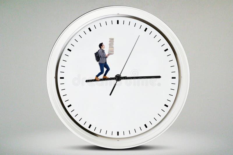 走在时钟的男性高中学生 库存照片