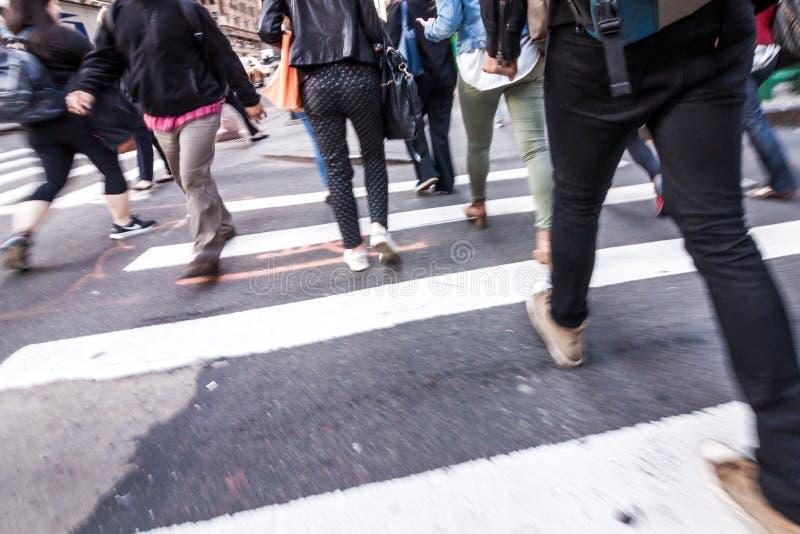 走在时代广场大厦在纽约, twillight附近的人们 图库摄影