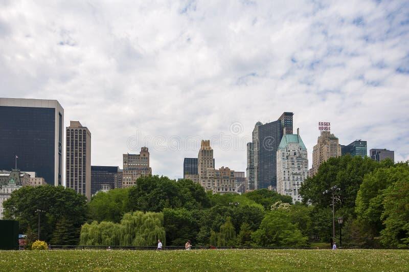 走在有纽约地平线的中央公园的人们在背景中,在纽约 免版税库存照片