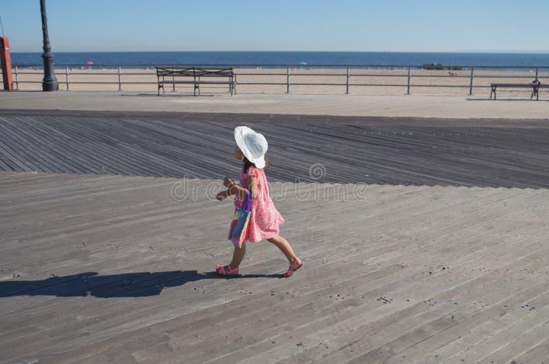 走在木板走道的小女孩 库存图片