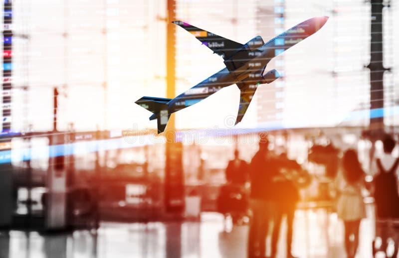 走在机场的乘客两次曝光剪影与 免版税库存图片